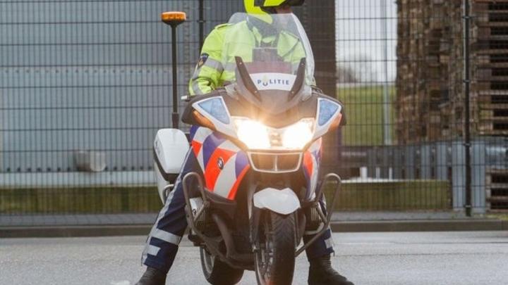 Normal politieagent op motor