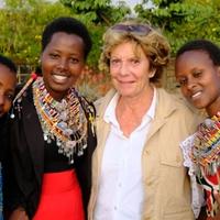 Thumbnail neelie kroes bezoekt masai stam in kenia 2