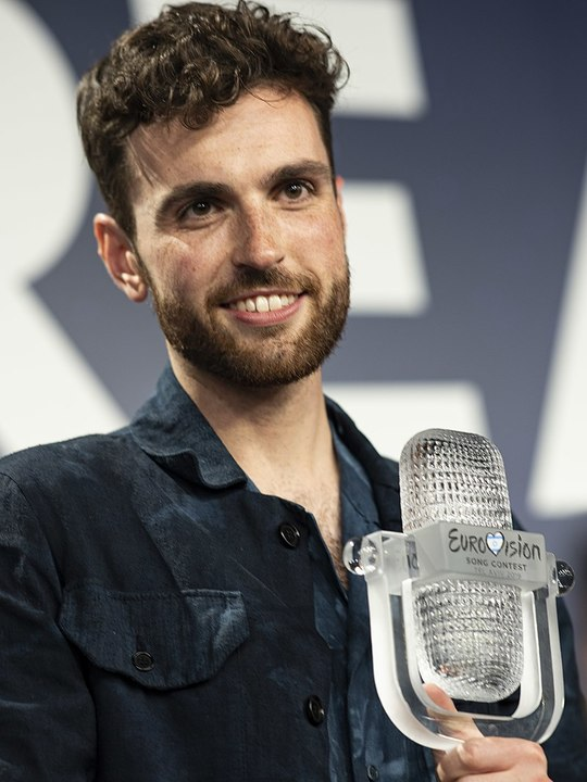 Normal 800px duncan laurence with the 2019 eurovision trophy  cropped