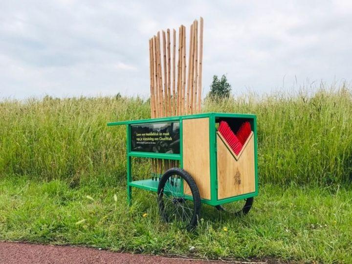 Normal het amsterdamse bos zet leenwandelstokken in tegen zwerfafval