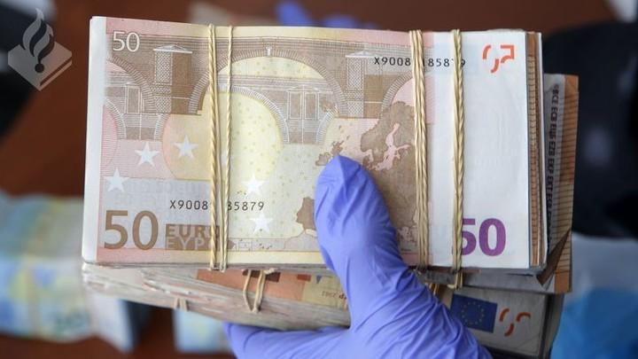 Normal den haag stock bundel geld met handschoen 50 euro pm