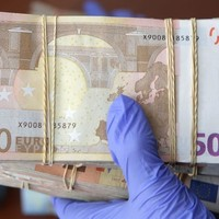 Thumbnail den haag stock bundel geld met handschoen 50 euro pm