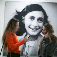 Thumbnail central hall anne frank house  with visitors  2  copyright anne frank house  photographer cris toala olivar 7313
