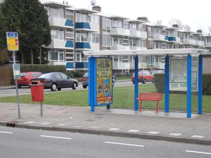 Normal bushalte met abri bankje en prullenbak