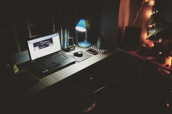 Normal black laptop beside black computer mouse inside room 669996