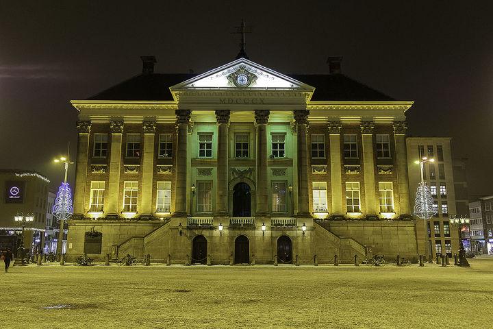 Normal stadhuis van groningen bij avond