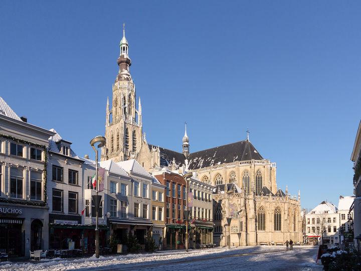 Normal breda  de toren van de grote of onze lieve vrouwerkerk rm10305 vanaf de grote markt foto6 2014 12 28 10.39