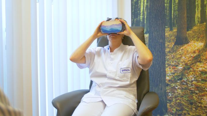 Normal icverpleegkundige met vr bril