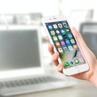 Thumbnail person holding silver iphone 7 887751