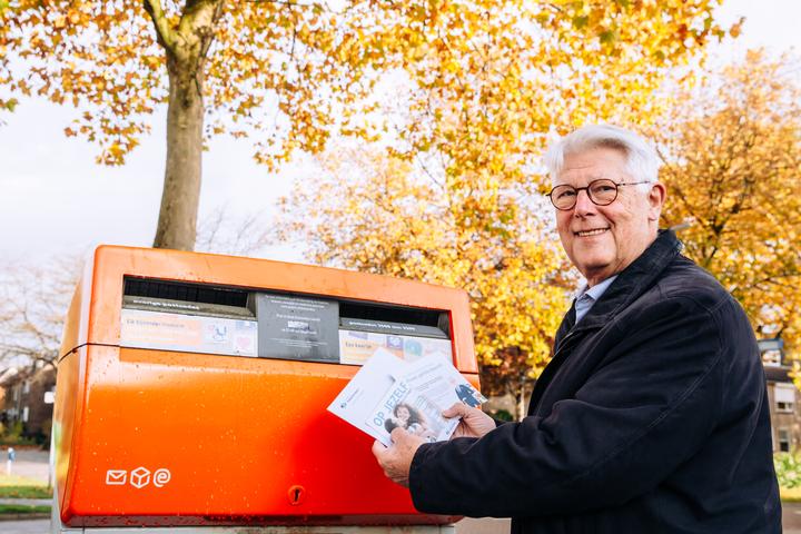 Normal foto persbericht wethouder van leenen post boekjes op jezelf in de hoeksche waard voor 18 jarigen