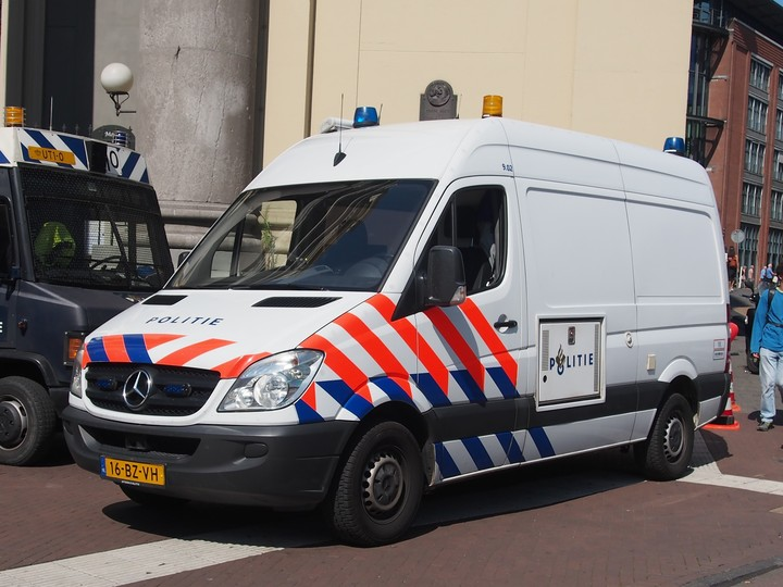 Normal mercedes politie bus bij de moses en aaronkerk