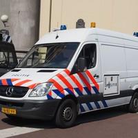 Thumbnail mercedes politie bus bij de moses en aaronkerk