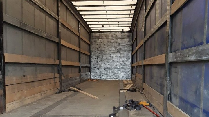 Normal foto 2 verborgen ruimte vrachtwagen